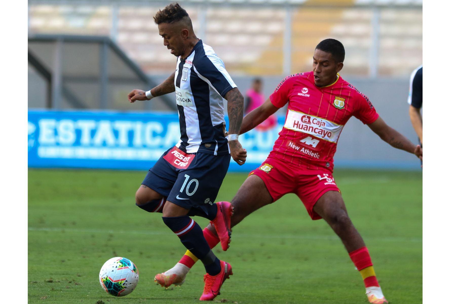 El futbolista  Joazinho Arroé  de  Alianza Lima, disputa la pelota con el jugador de   Sport Huancayo  durante el partido de la fase 2 por la fecha 9 de la Liga 1 , en el Estadio Nacional.   Foto: @LigaFutProfdel