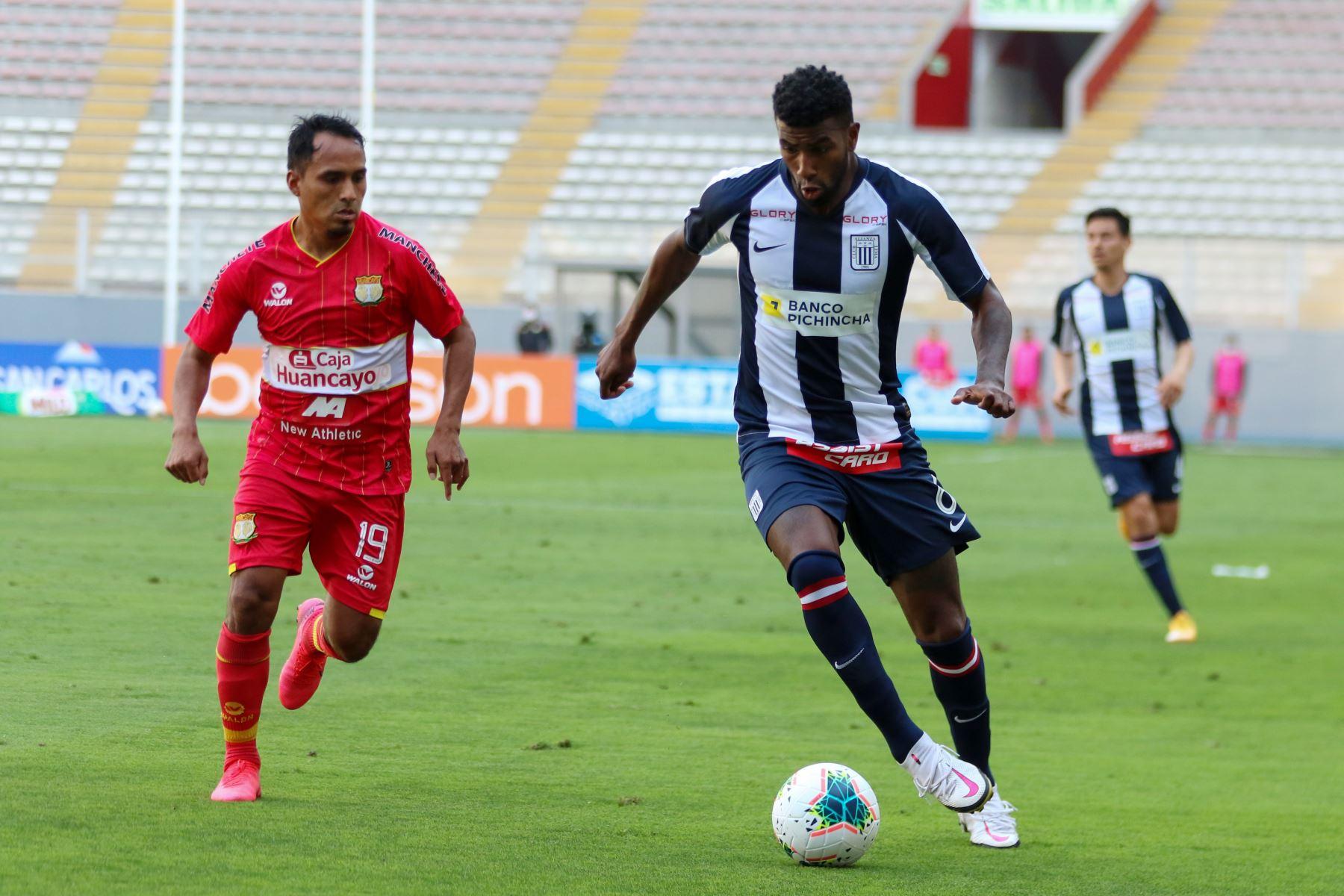 El futbolista  C. Ascues  de  Alianza Lima, disputa la pelota con el jugador de   Sport Huancayo  durante el partido de la fase 2 por la fecha 9 de la Liga 1 , en el Estadio Nacional.   Foto: @LigaFutProfdel