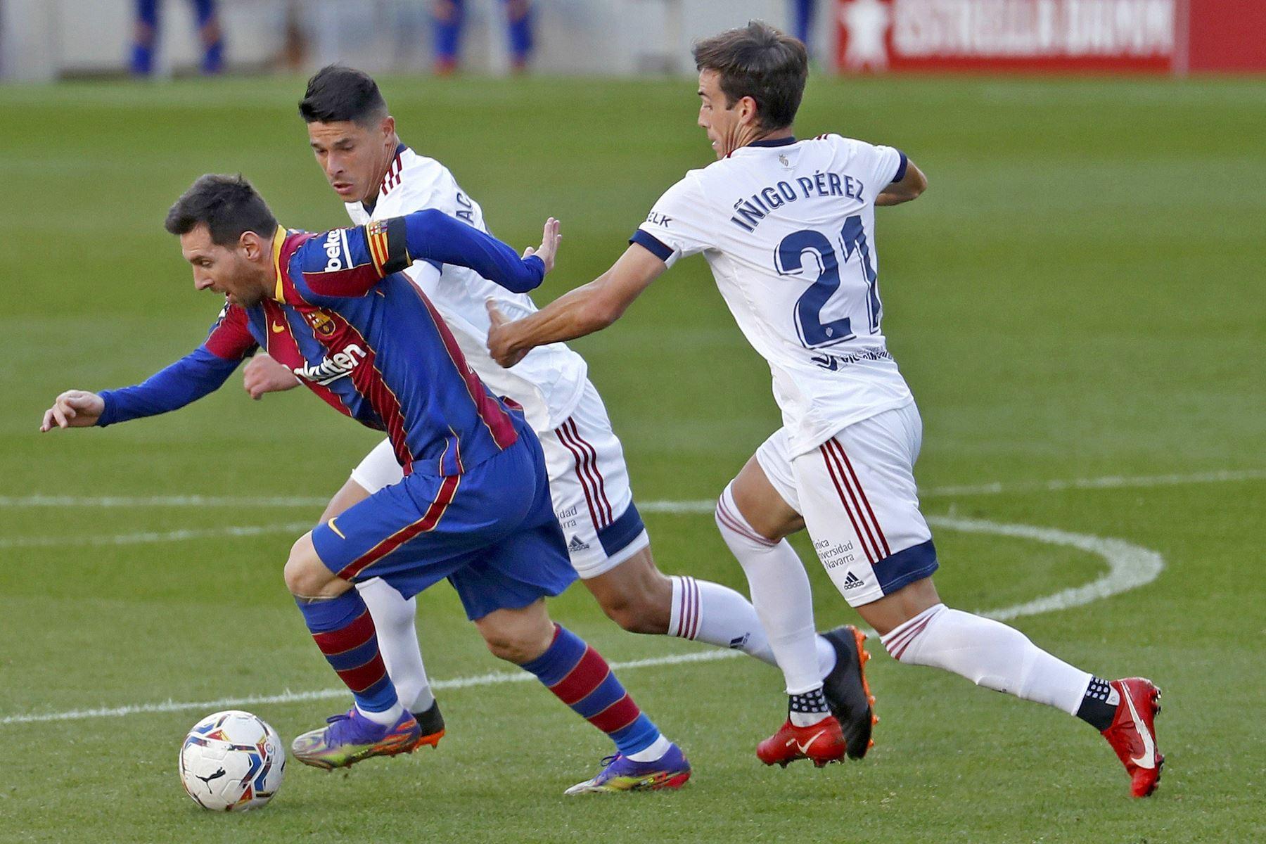 El delantero del Barcelona Leo Messi intenta controlaR el balón perseguido por Facundo Sebastián e Iñigo Pérez del Osasuna, durante el partido la Liga española en el Camp Nou. Foto: EFE