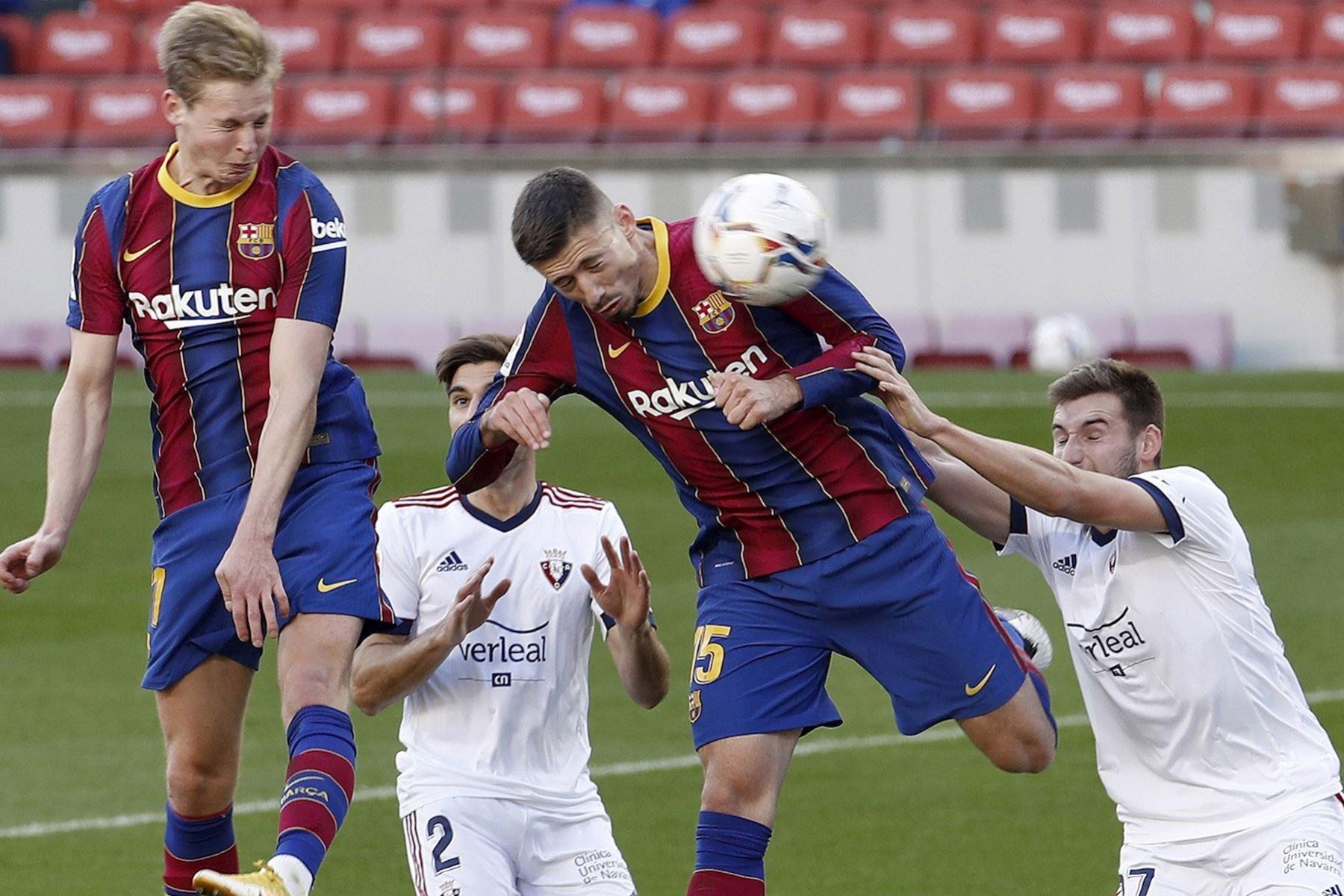 El defensa del Barcelona Clement Lenglet y el centrocampista del Osasuna, Jon Moncayola, intentan anotar durante partido de la Liga española, en el Camp Nou. Foto: EFE