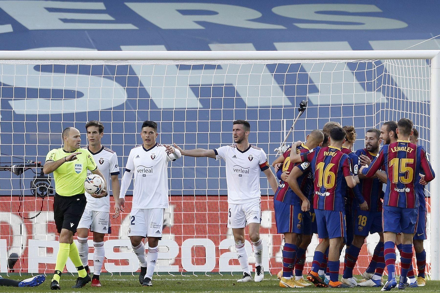 Los jugadores del FC Barcelona celebran tras anotar ante Osasuna durante el partido de la Liga española en el estadio Camp Nou. Foto: EFE