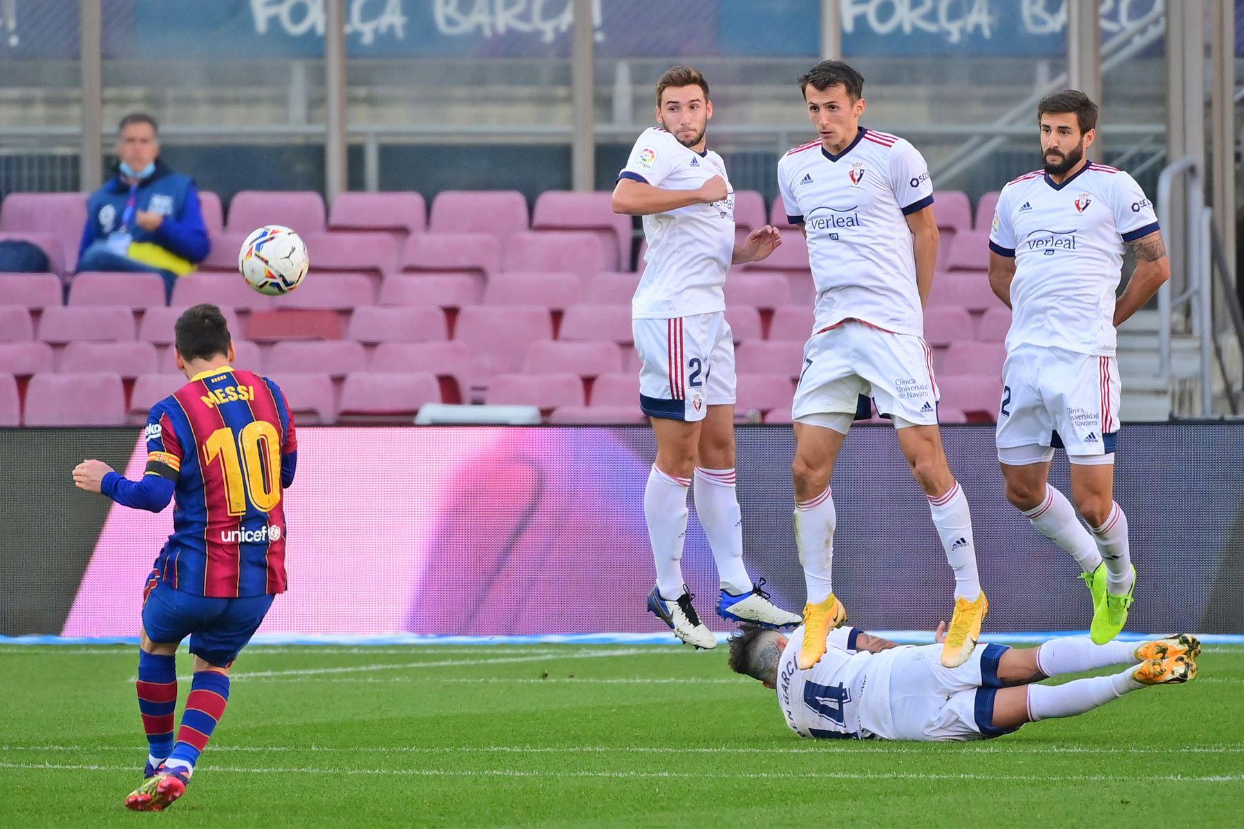 El delantero argentino del Barcelona Lionel Messi dispara el balón durante el partido de fútbol de la Liga española, en el Camp Nou. Foto: AFP