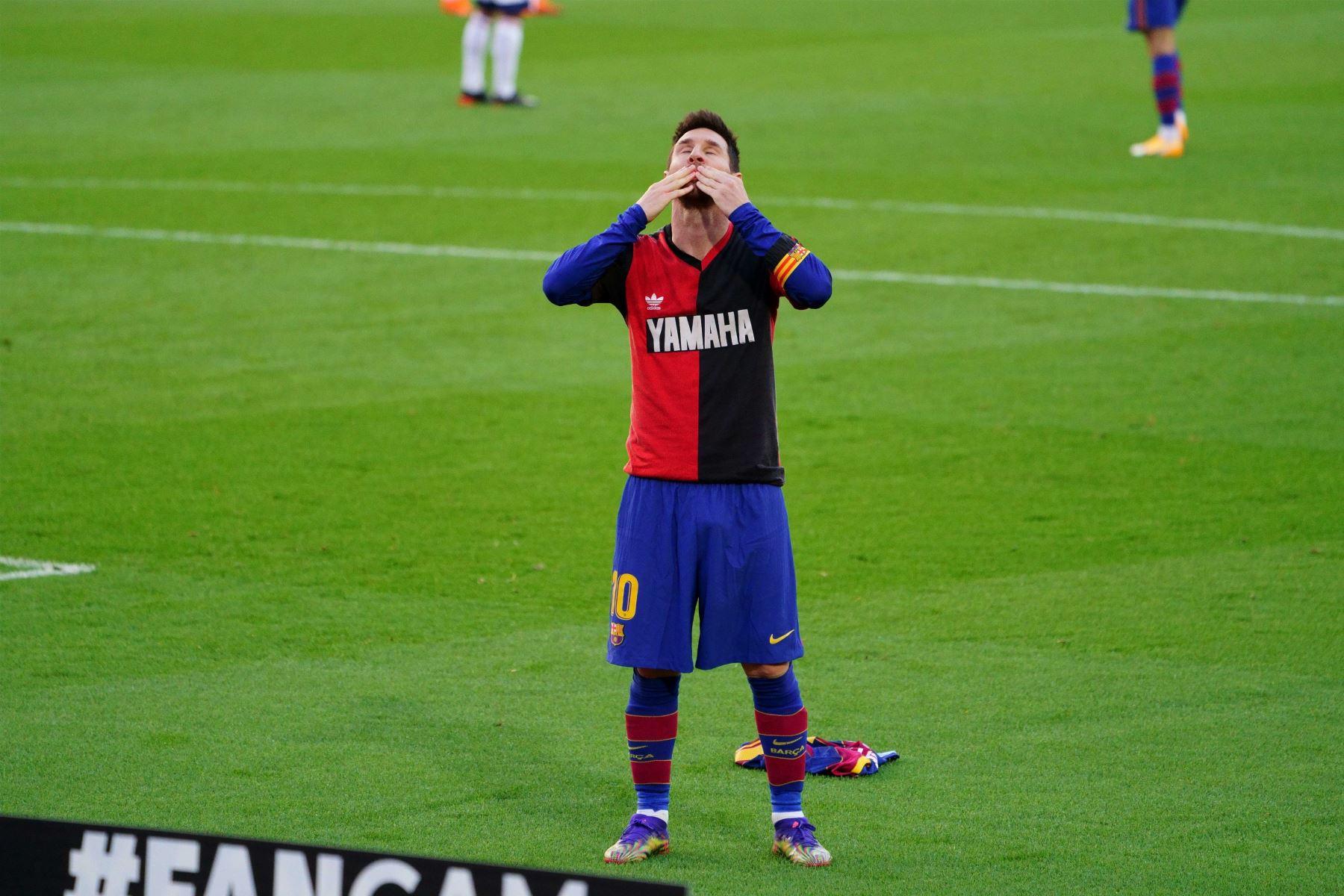 El delantero argentino del FC Barcelona, Lionel Messi, celebró el cuarto gol de su equipo vistiendo la camiseta del equipo argentino del Newell