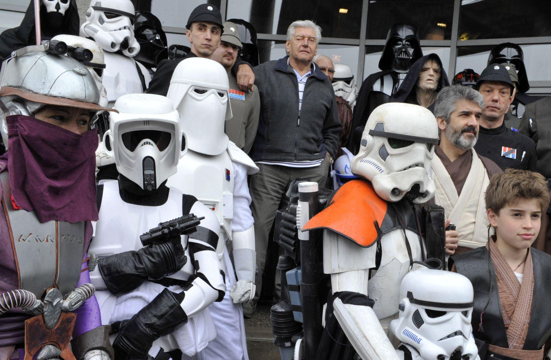 El actor inglés David Prowse quien interpretó al personaje de Darth Vader en la primera trilogía de Star Wars, posa junto a fanáticos con trajes de la saga durante una convención, el 27 de abril de 2013, en Cusset. Foto: AFP