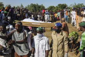 Los dolientes asisten al funeral de trabajadores agrícolas en Zabarmari, Nigeria. Foto: AFP