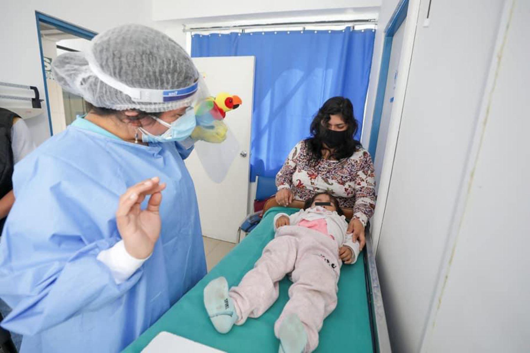 """EsSalud, a través de la Red Prestacional Sabogal, vacunó a más de 300 niños entre 2 meses y 4 años del distrito de Puente Piedra, como parte de la Campaña de Atención Integral del Niño denominada """"Wawa Feliz"""". Foto: EsSalud"""