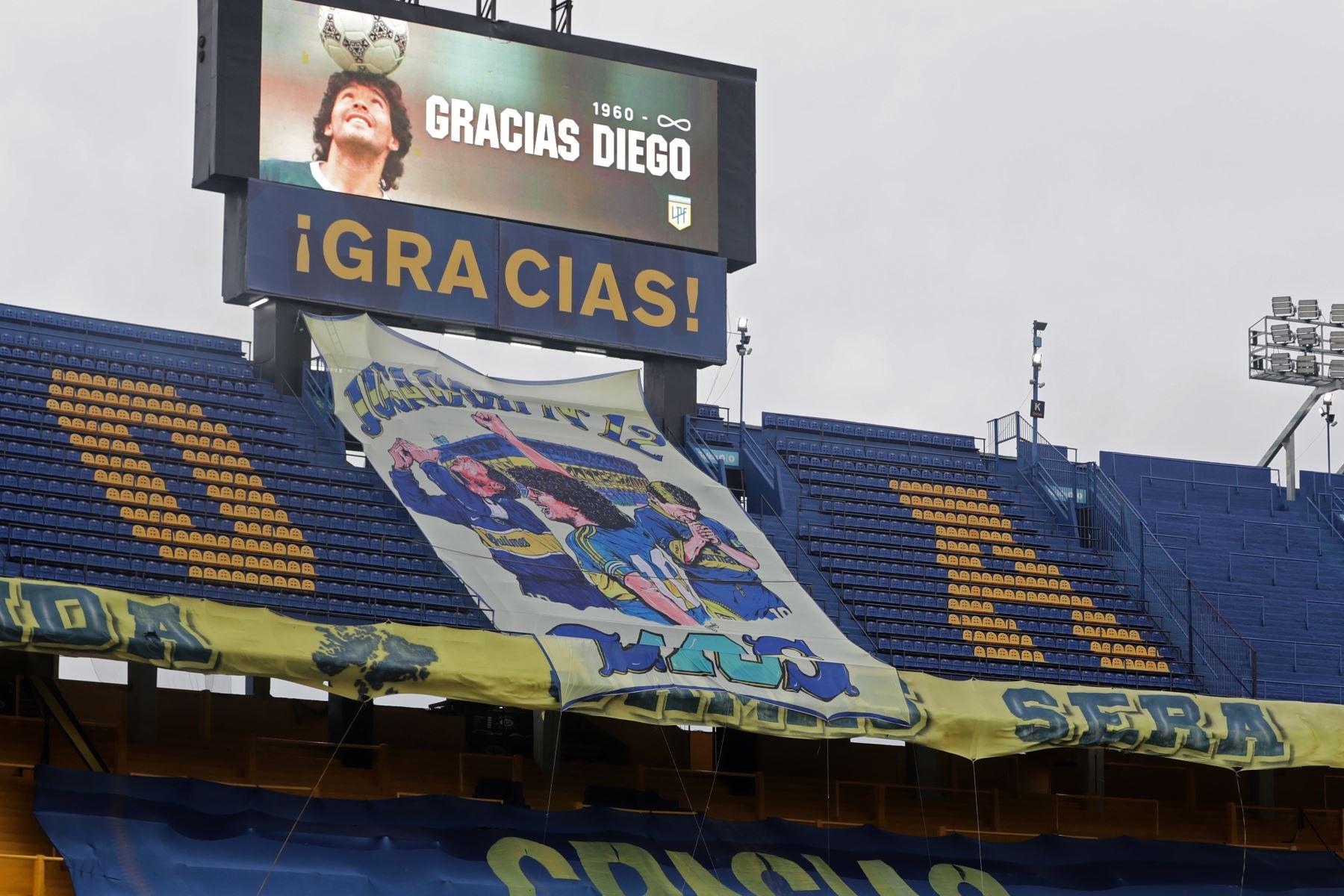 Fotografía de una imagen de Diego Armando Maradona en una pantalla durante un homenaje en el partido de la Primera División argentina entre Boca Juniors y Newell