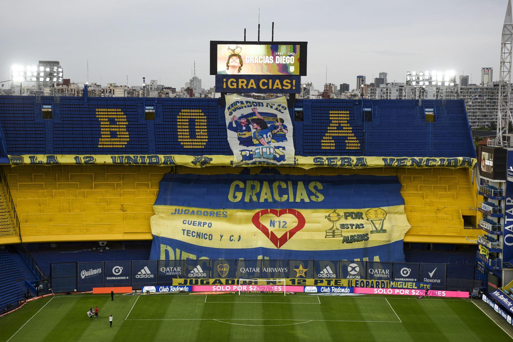 """Una pantalla que lee """"Gracias Diego"""" y una bandera se ven en el estadio La Bombonera para rendir homenaje a la leyenda del fútbol argentino Diego Maradona antes del partido de fútbol Copa Diego Maradona 2020 entre Boca Juniors y Newell"""