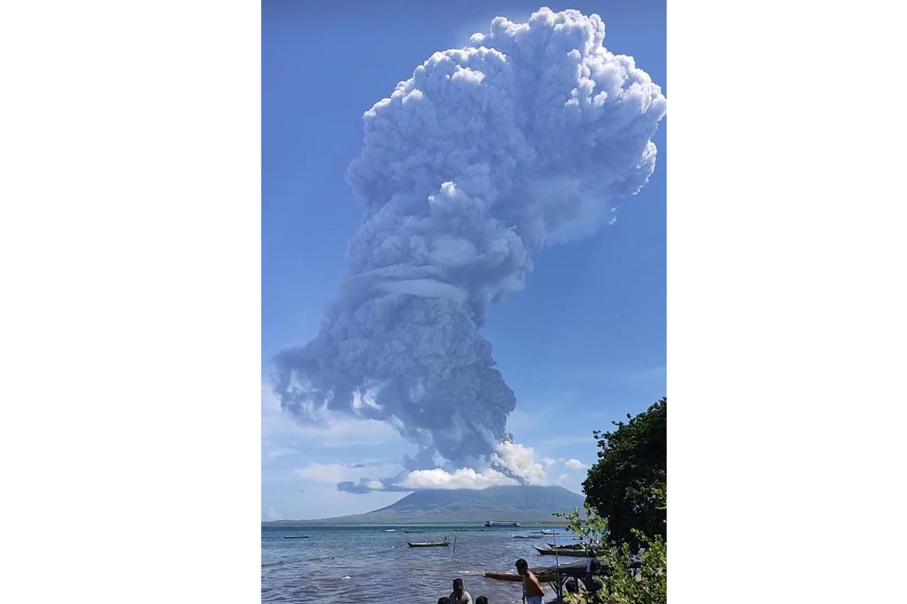 Erupción del volcán Lewotolo en Indonesia, que proyectó una columna de humo y cenizas a más de cuatro kilómetros de altura, informaron el lunes las autoridades indonesias. Foto: AFP