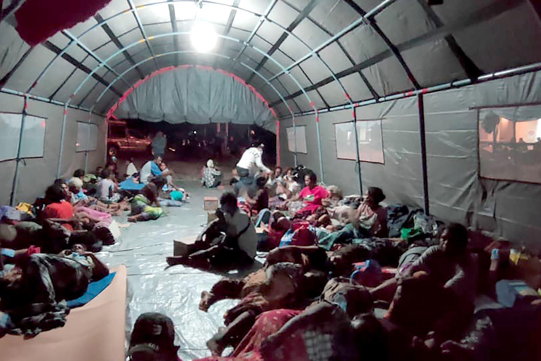 Evacuados en un refugio improvisado después de que el volcán Ili Lewotolok entrara en erupción arrojando una columna de humo y ceniza a 4000 metros de altura, en Indonesia. Foto: AFP
