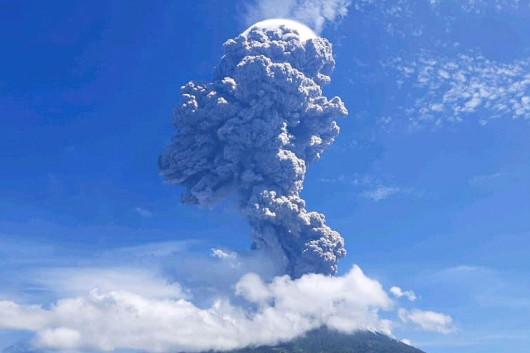Erupción del volcán Lewotolo en Indonesia, que proyectó una columna de humo y cenizas a más de cuatro kilómetros de altura, informaron el lunes las autoridades indonesias. Foto: EFE