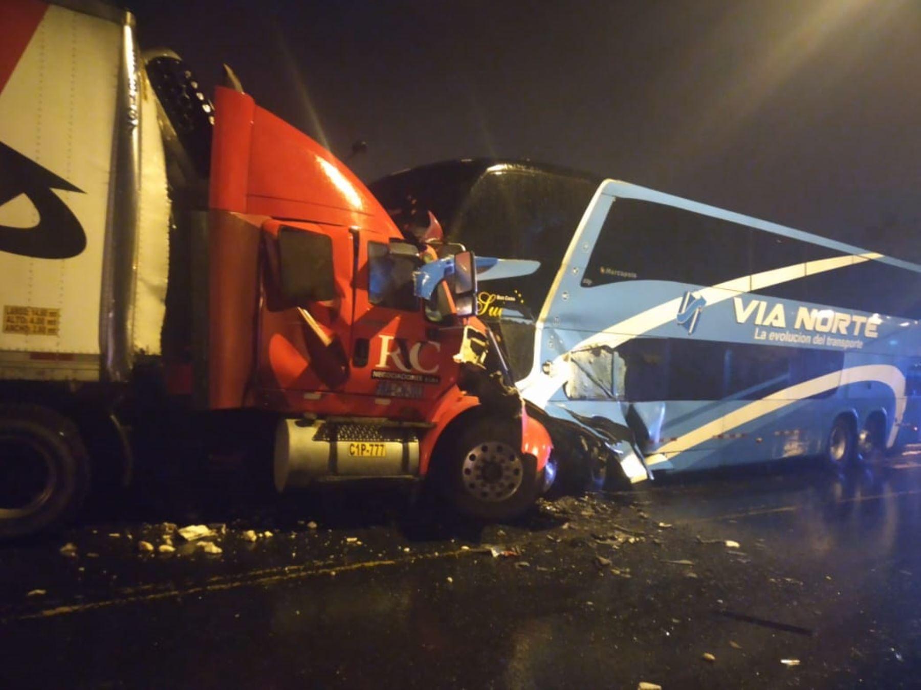 El choque frontal entre un ómnibus interprovincial y un camión tráiler dejó un fallecido y 12 heridos en la ciudad de Chimbote, en Áncash.