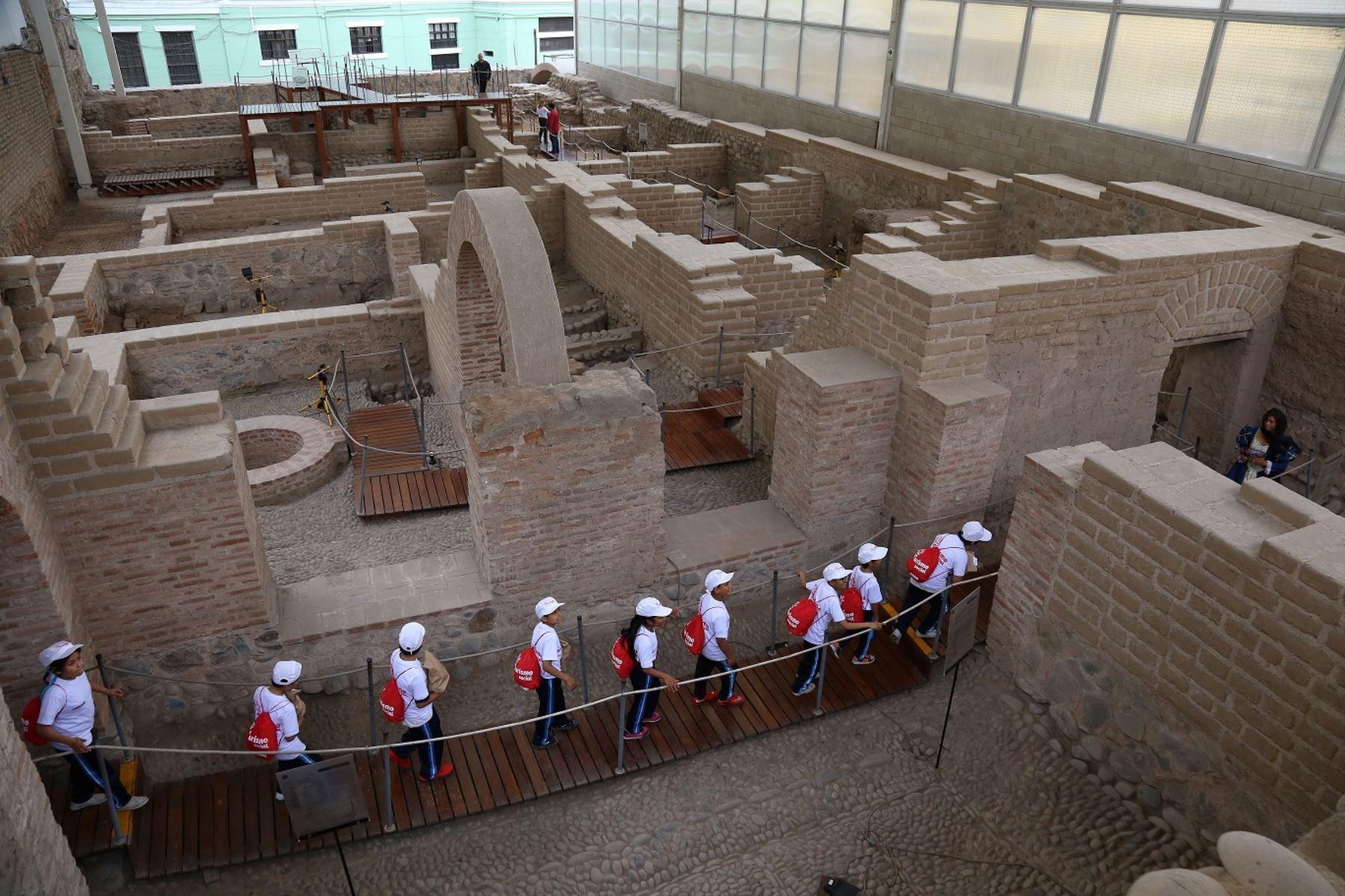 Niños visitan museos.