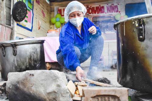 Madre sobreviviente del incendio de Mesa Redonda es heroína en olla común de Santa Rosa.