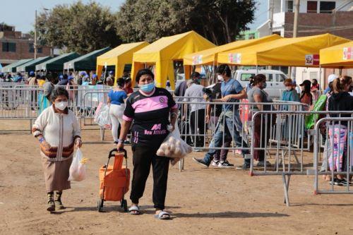 """Minagri beneficia a cerca de 1 000 familias vulnerables  a través  del  mercado itinerante """" De la Chacra a la Olla """"  en el Callao"""