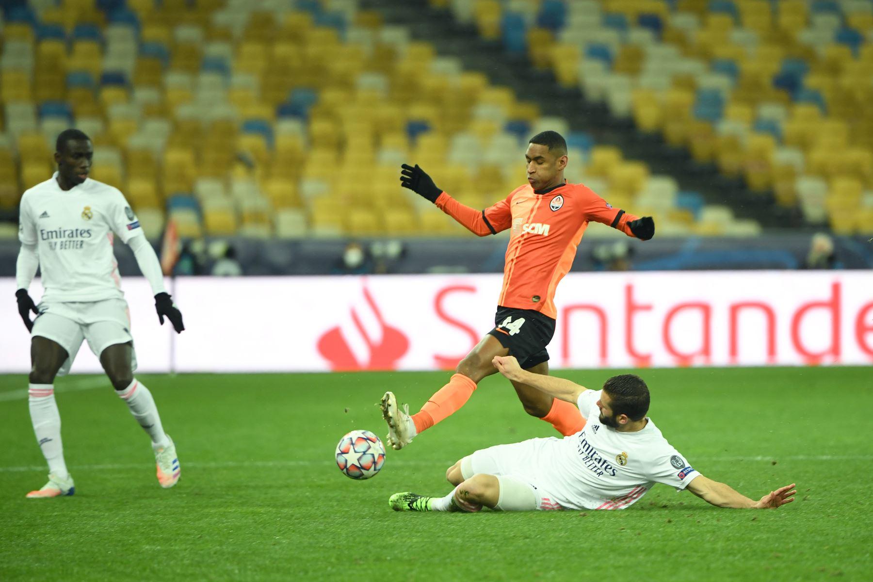 El delantero brasileño del Shakhtar Donetsk, Tete, lucha por el balón con el defensor español del Real Madrid, Nacho Fernández, durante el partido6de fútbol del Grupo B de la Liga de Campeones de la UEFA. Foto: AFP