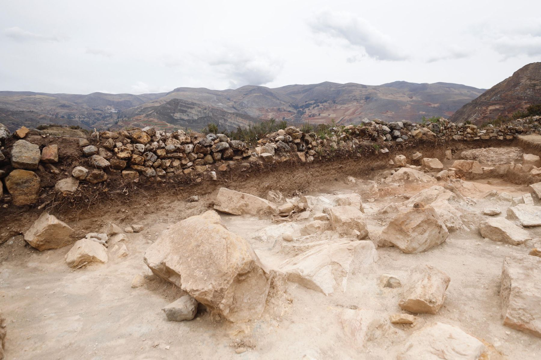 El ministro de Cultura, Alejandro Neyra visita el Centro Arqueológico Willkaymarca ubicado en Huancavelica. Este sitio arqueológico presenta material cerámico fragmentario en la superficie asociado a la época del Intermedio Tardío y Horizonte Tardío, pertenecientes al curacazgo de los Asto. Foto: Mincul