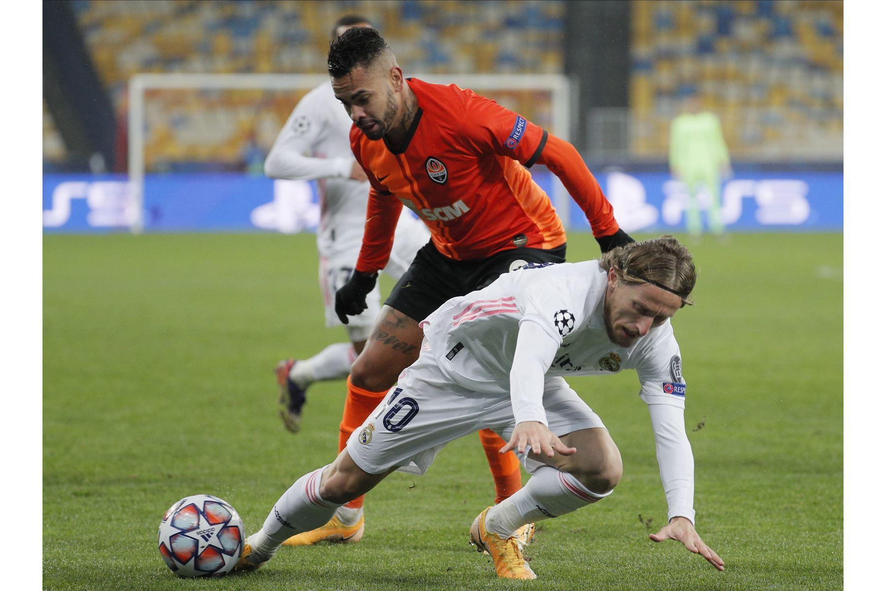 Dentinho del Shakhtar en acción contra Luka Modric del Real Madrid durante el partido del grupo B de la UEFA Champions League. Foto: EFE