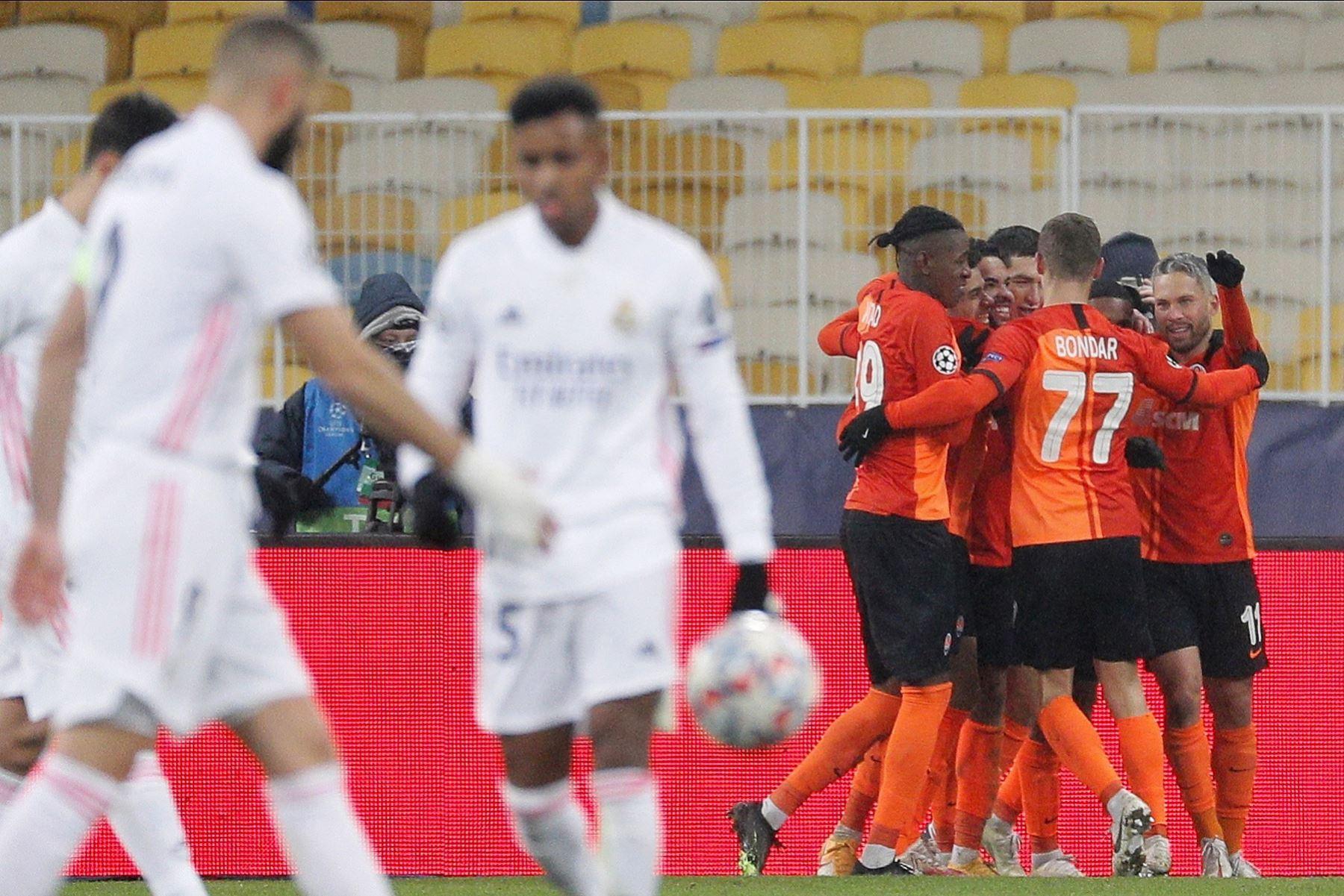 Dentinho del Shakhtar celebra su gol con sus compañeros durante el partido del grupo B de la UEFA Champions. Foto: AFP