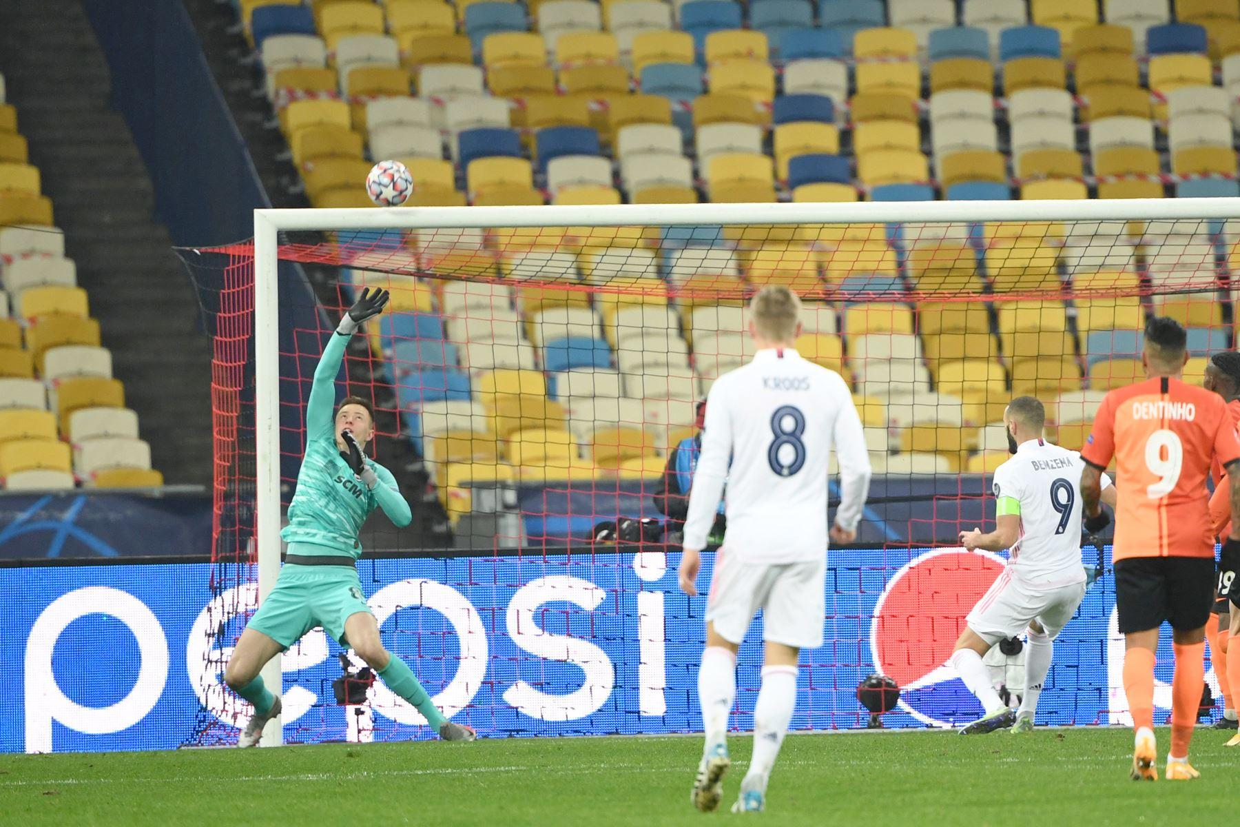 El portero ucraniano del Shakhtar Donetsk, Anatolii Trubin, ataja el balón durante el partido de fútbol del Grupo B de la Liga de Campeones de la UEFA. Foto: AFP