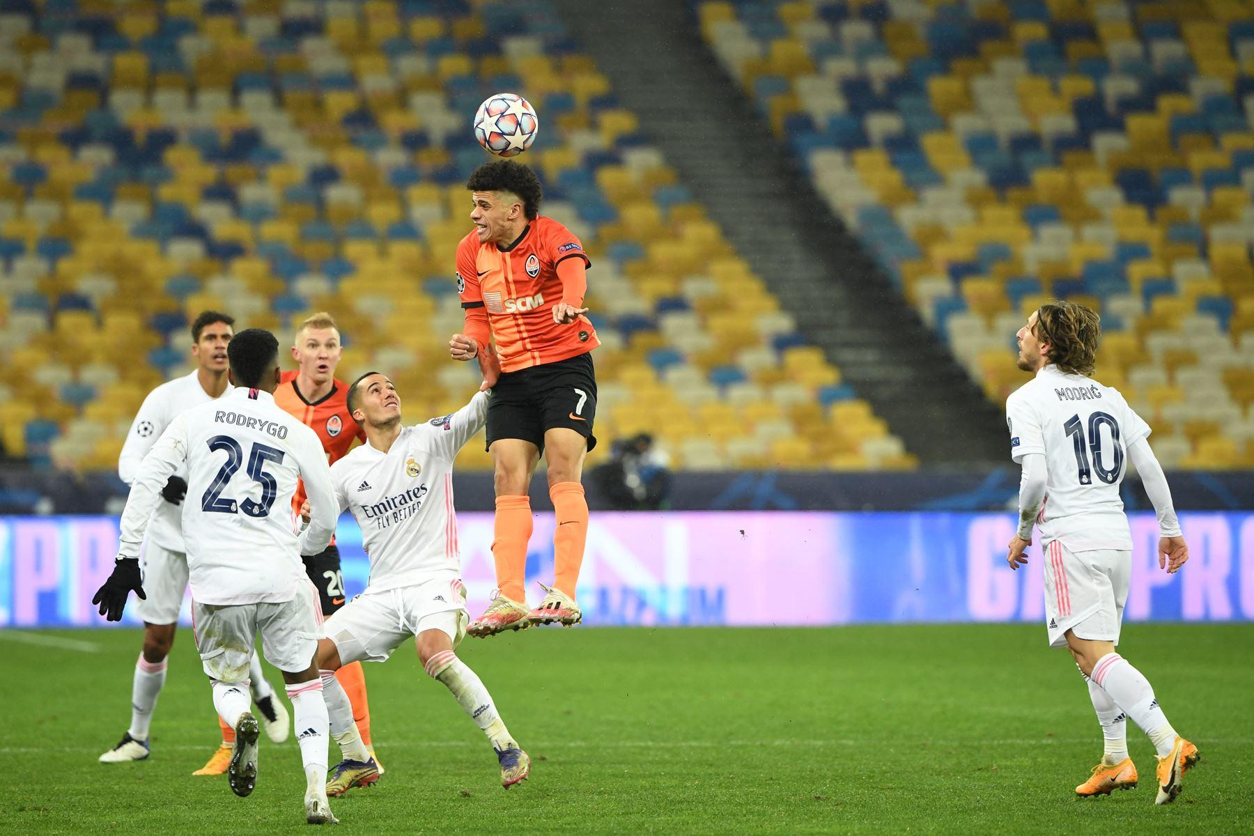 El mediocampista noruego del Real Madrid, Martin Odegaard, cabecea el balón durante el partido de fútbol del Grupo B de la Liga de Campeones de la UEFA. Foto: AFP
