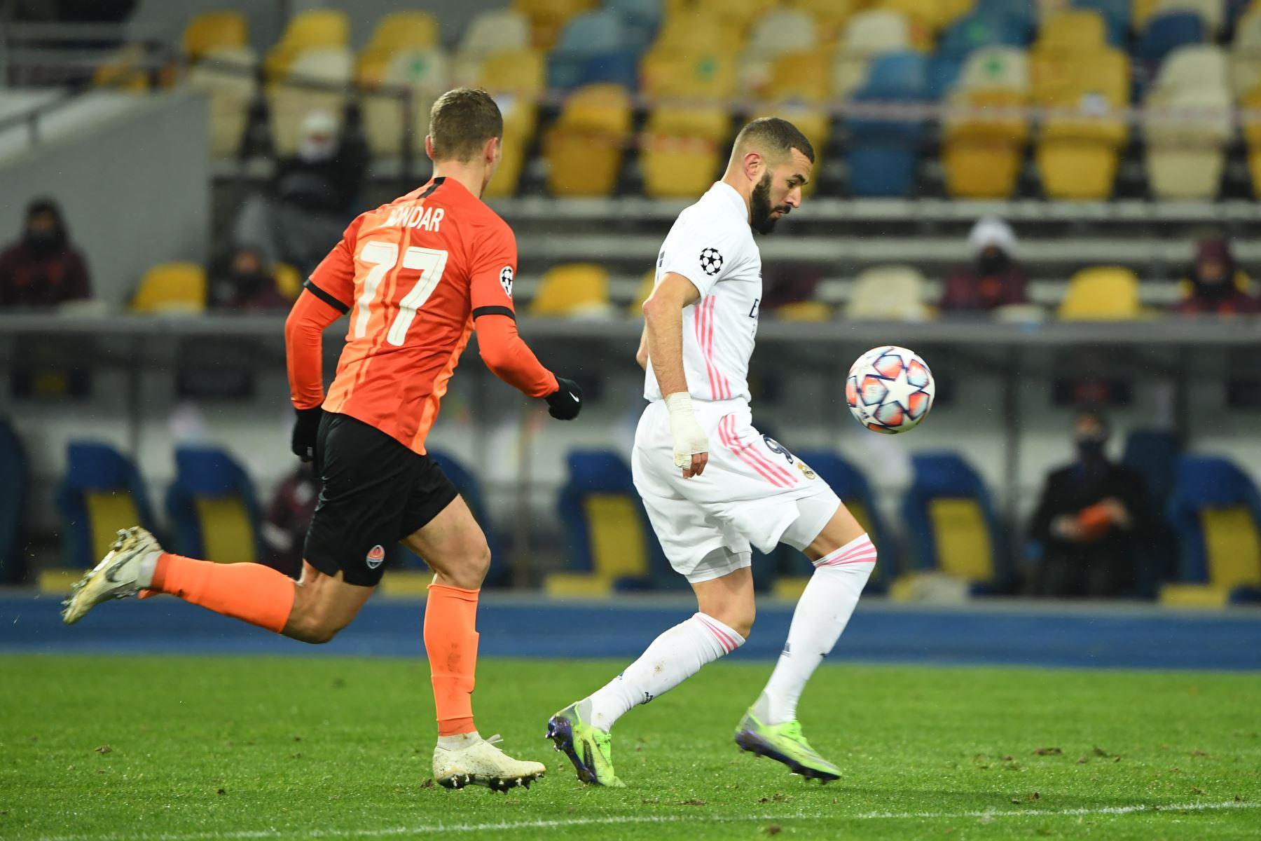 El delantero francés del Real Madrid, Karim Benzema, es desafiado por el defensa ucraniano del Shakhtar Donetsk, Valeriy Bondar, durante el partido de fútbol del Grupo B de la Liga de Campeones de la UEFA. Foto: AFP