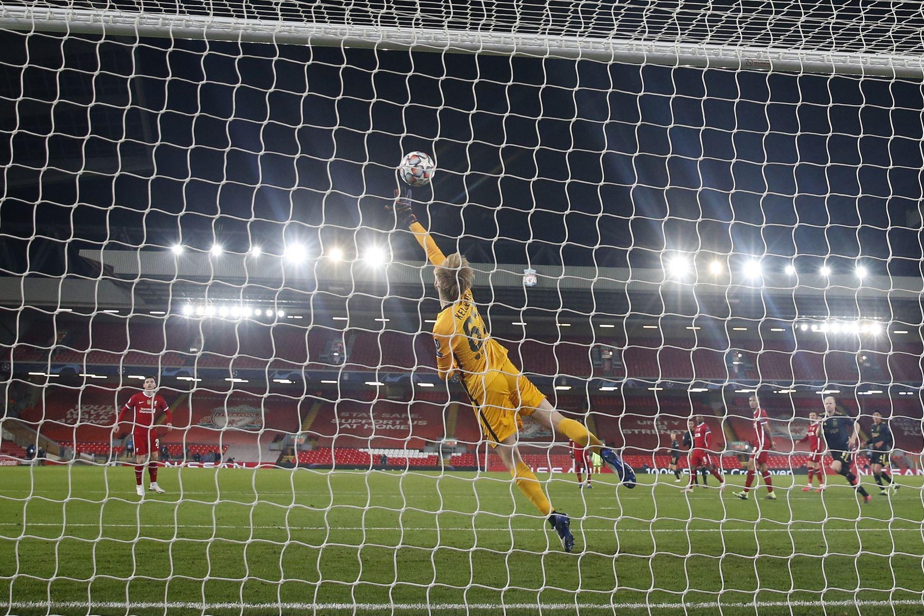 El portero del Liverpool Caoimhin Kelleher ataja el balón durante el partido de fútbol del grupo D de la Liga de Campeones de la UEFA. Foto: EFE