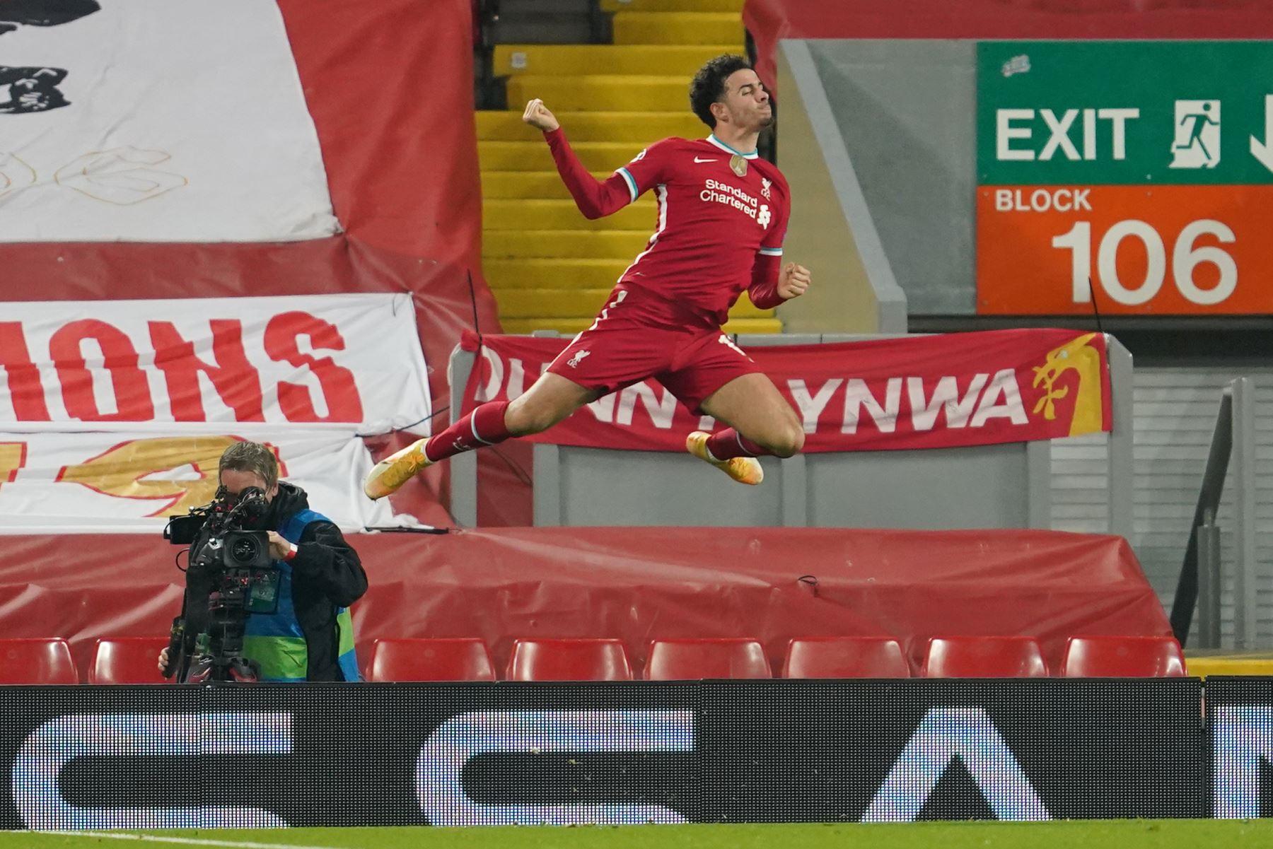 El mediocampista inglés de Liverpool, Curtis Jones, celebra después de marcar el primer gol de su equipo durante el partido de fútbol del Grupo D de la primera ronda de la Liga de Campeones de la UEFA. Foto: AFP