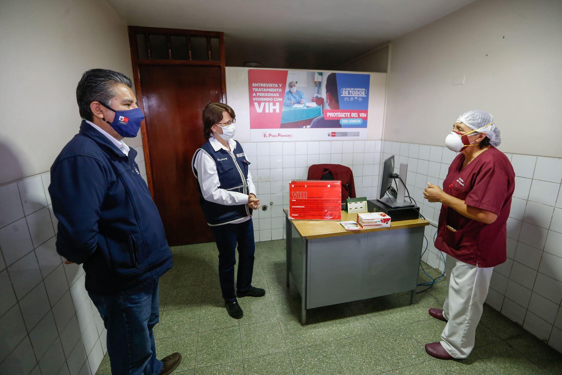 """Ministra de Salud, Pilar Mazzetti participa en la inauguración del Servicio de Tratamiento Antirretroviral (TARV) para atención a usuarios VIH Positivos en el Centro de Salud """"MOYOPAMPA"""" en Chosica. Foto: Minsa"""