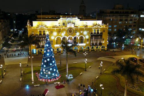 El alcalde de Lima enciende las luces del árbol navideño en la Plaza de Armas de Lima