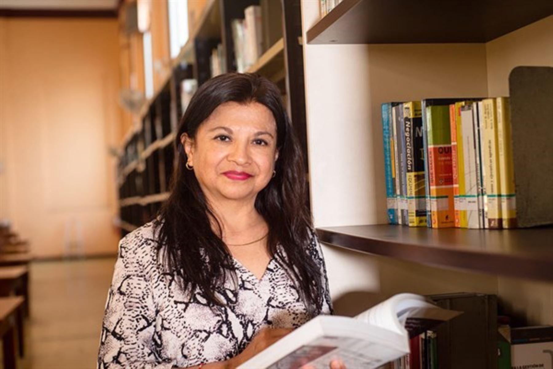 Bibliotecóloga de la Gran Bibioteca Pública de Lima siente gran satisfacción de leer libros a adultos mayores que no tienen internet.