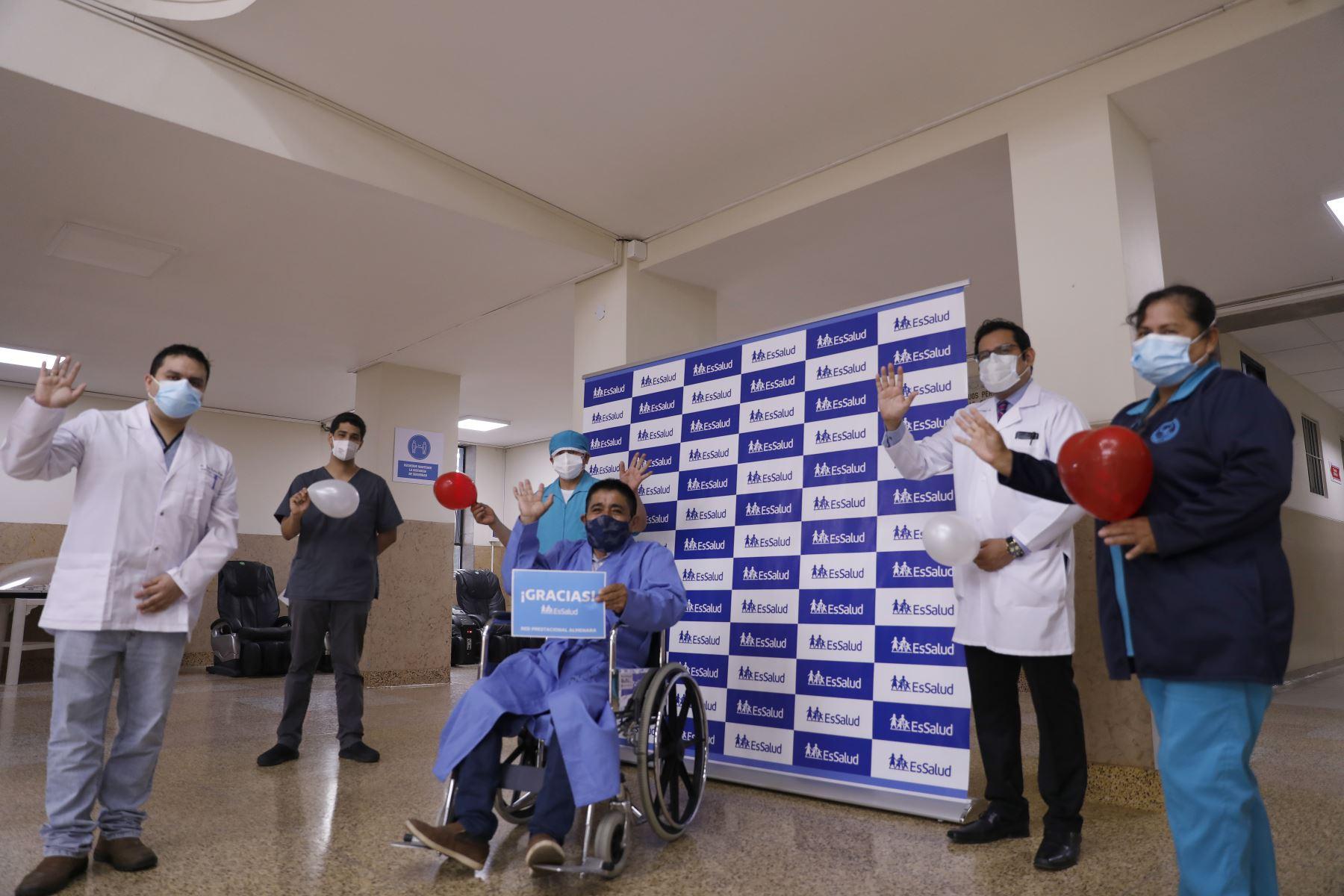 El paciente diabético  Zenón Saldarriaga Chanava (59), fue dado de alta tras una exitosa cirugía compleja de reconstrucción de tórax; en el hospital Guillermo Almenara de Essalud. Foto: ANDINA/Essalud