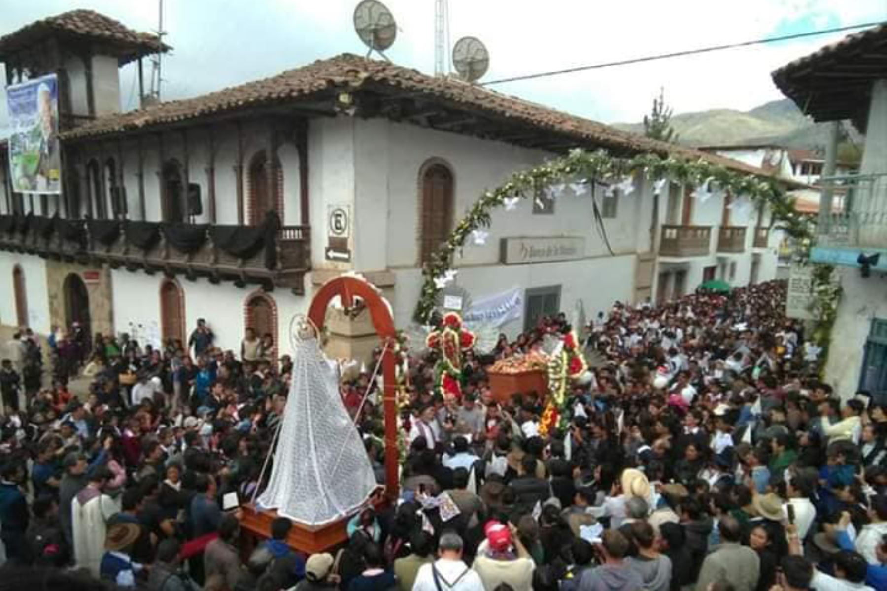 En el 2018, tras 42 años como párroco de Chacas, Ugo de Censi falleció en Lima a los 94 años. Sus exequias fúnebres se prolongaron por 6 días y tanto fue su amor hacia Chacas, que fue sepultado a los pies del Retablo Mayor de Chacas, el 8 de diciembre. Foto: Cortesía Gonzalo Horna