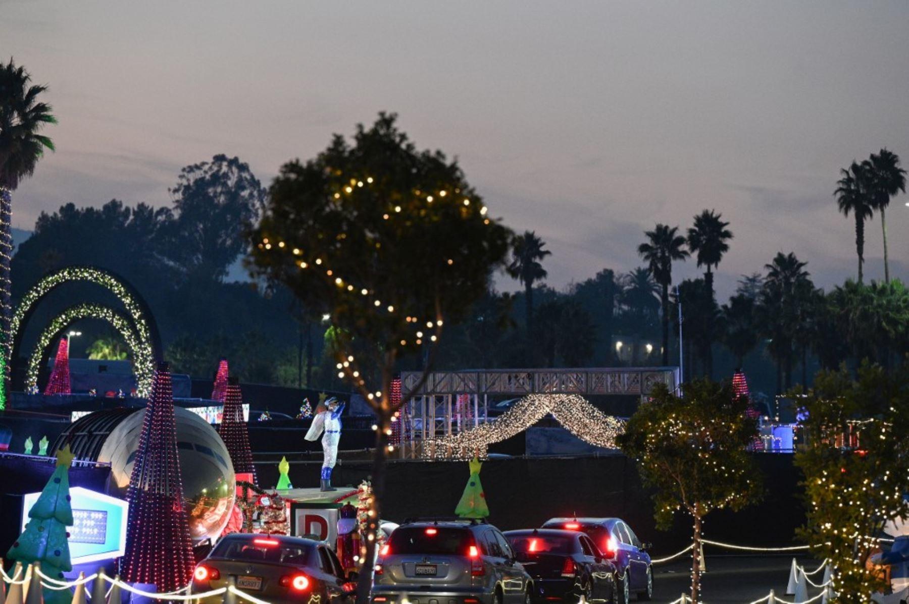 Personas en automóviles visitan el Dodgers Holiday Festival, un recorrido por la temporada navideña de manera segura en medio de la pandemia de coronavirus, en los Ángeles, California. Foto: AFP