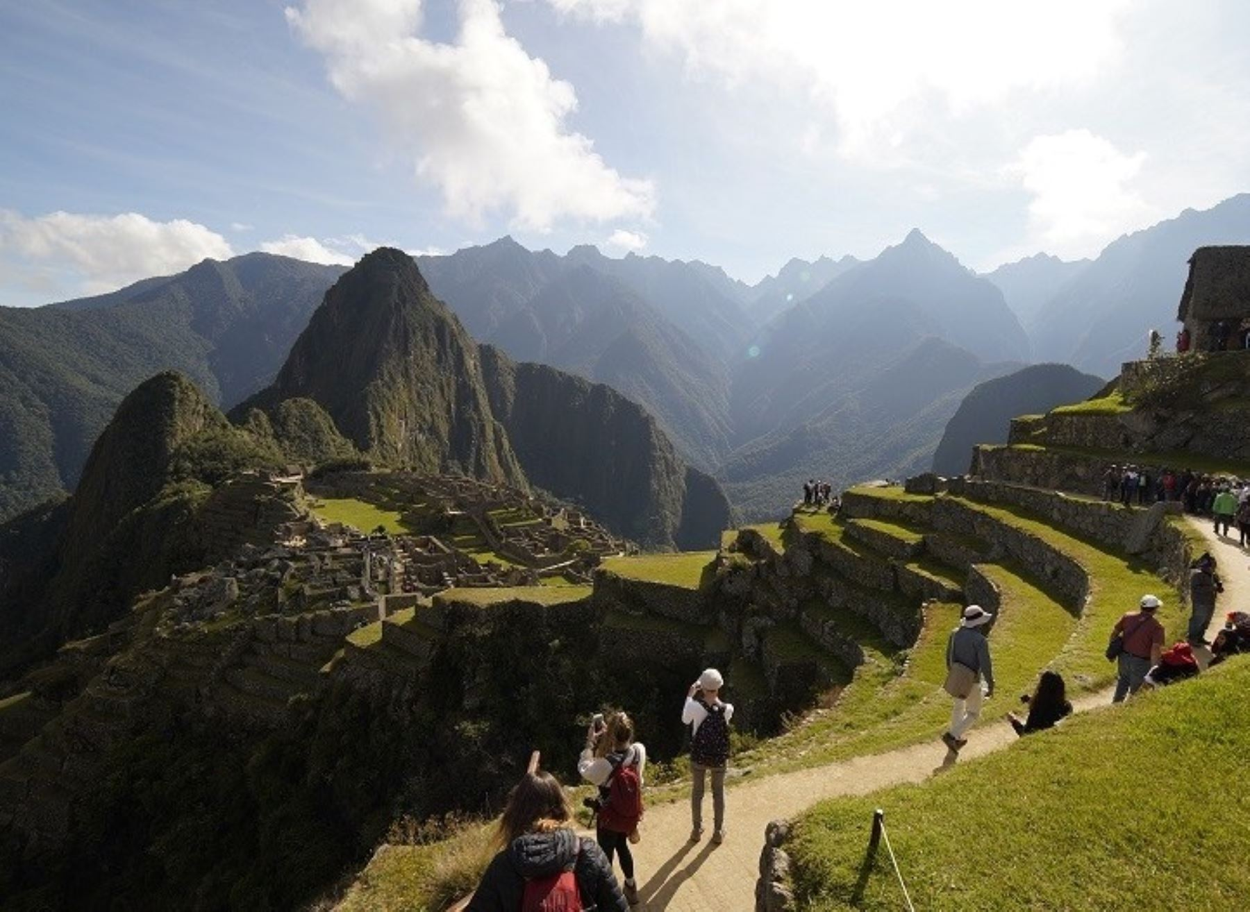 El aforo máximo al Santuario Histórico y Parque Arqueológico de Machu Picchu volvió a situarse en 675 visitantes diarios, equivalente al 30% del total, desde el pasado lunes 19 de abril. Así lo establecen las nuevas medidas dispuestas por el Gobierno para las visitas a sitios arqueológicos ubicados en provincias con nivel de alerta extremo de contagio frente al covid-19. ANDINA/Difusión
