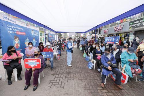 """Durante el lanzamiento de la campaña """"Navidad Segura 2020"""" se aplicaron pruebas moleculares para la detección del nuevo coronavirus a comerciantes y clientes que llegaron al emporio de Gamarra. Foto: ANDINA/EsSalud"""