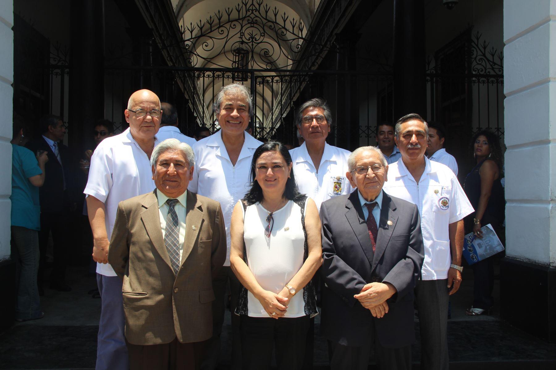 La directora general del Hospital Nacional Dos de Mayo,Rosario del Milagro Kiyohara, junto con el equipo de profesionales de salud con los que trabajó arduamente para enfrentar al covid-19.