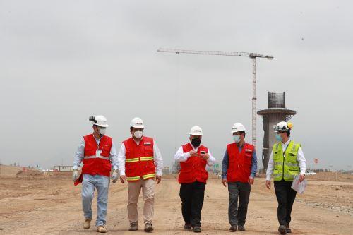 Ministro de Transportes, Eduardo Gonzáles, supervisa las obras de construcción de la nueva torre de control del aeropuerto internacional Jorge Chávez