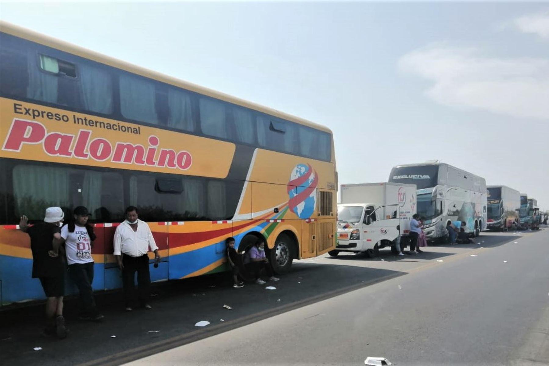 Cientos de vehículos no pueden transitar libremente debido al bloqueo de carreteras que protagonizan los transportistas. ANDINA/Archivo