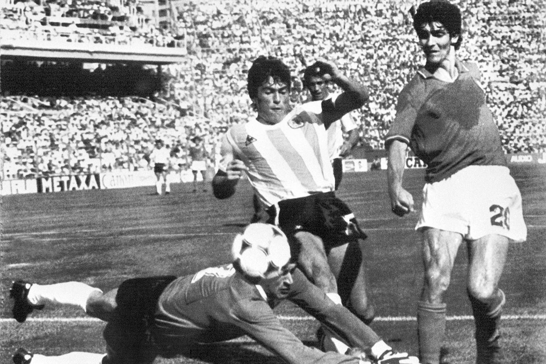 En esta foto de archivo tomada el 29 de junio de 1982, el portero argentino Ubaldo Fillol y el capitán Daniel Passarella Impiden que el delantero italiano Paolo Rossi anotara, durante el partido de fútbol de la segunda ronda del Mundial entre Italia y Argentina en Barcelona. Paolo Rossi, un héroe del fútbol italiano que inspiró a la selección nacional a la victoria en la Copa del Mundo de 1982, murió a los 64 años. Foto: AFP