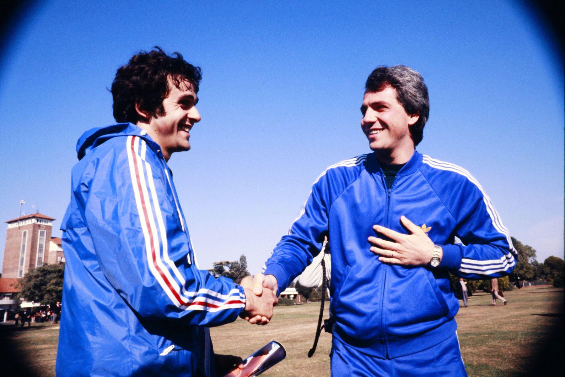 El centrocampista francés Michel Platini le da la mano al delantero italiano Paolo Rossi .Antes de la Copa del Mundo de 1978 en Argentina, en junio de 1978. Foto: AFP