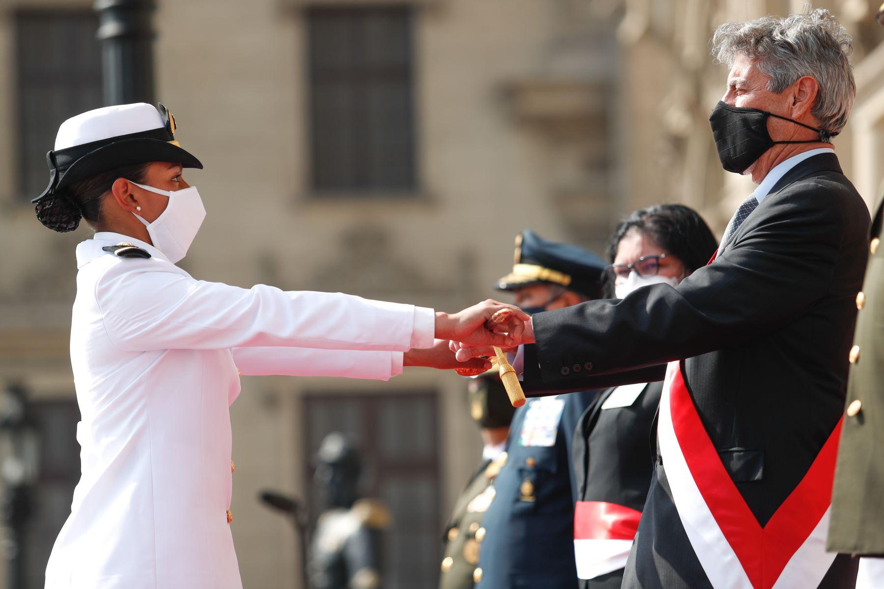 El Presidente de la República, Francisco Sagasti, lideró la ceremonia de entrega de Espada de Honor a los oficiales, recientemente graduados, que ocuparon el primer puesto de su promoción en las escuelas de formación de las Fuerzas Armadas. Foto: ANDINA/Prensa Presidencia