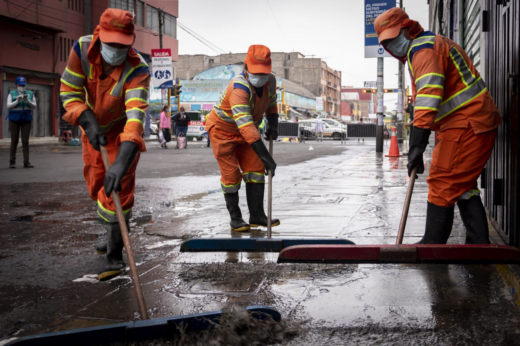 La iniciativa contó con la participación de 10 operarios municipales de limpieza, que usaron un camión cisterna para el proceso de lavado y cuatro pulverizadores para la desinfección. Foto: ANDINA/MML