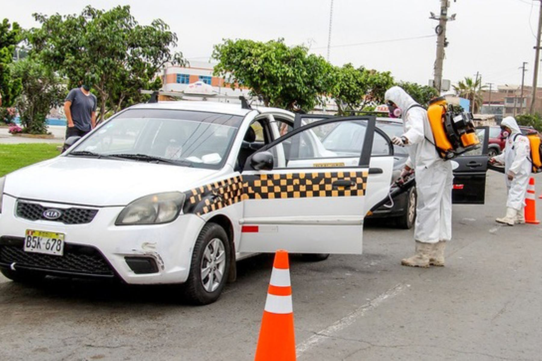Los taxistas pueden desinfectar sus unidades hasta el miércoles 23 de diciembre de 7:00 a 14:00 horas (excepto el domingo 20), en un nuevo punto ubicado en la cuadra 18 de la avenida Angamos, Surquillo. Foto: ANDINA/ATU