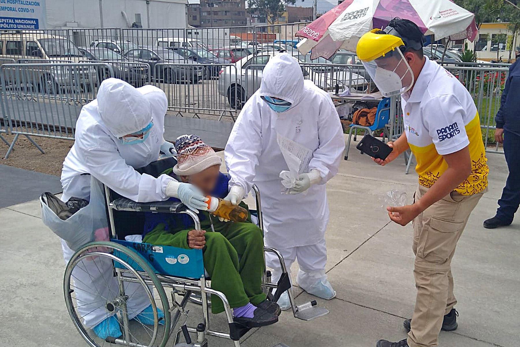 Salió entre aplausos del personal médico y familiares del Centro de Atención y Aislamiento Temporal (CAAT) implementado por el Proyecto Especial Legado Juegos Panamericanos y Paraparanamericanos, en el Hospital Hipólito Unanue de El Agustino, luego de una semana de cuidados especiales y tratamiento.  ANDINA/Proyecto Legado Lima 2019