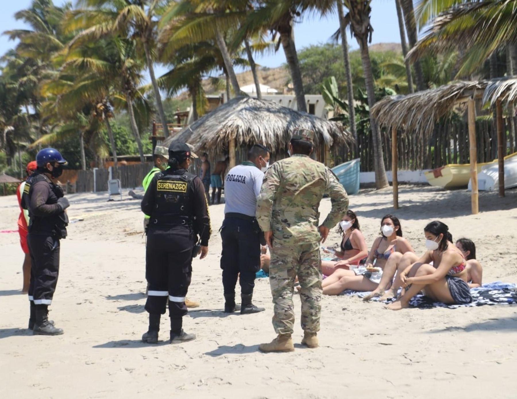 En Máncora se regula el aforo de visitantes a las playas de este balneario turístico de Piura.
