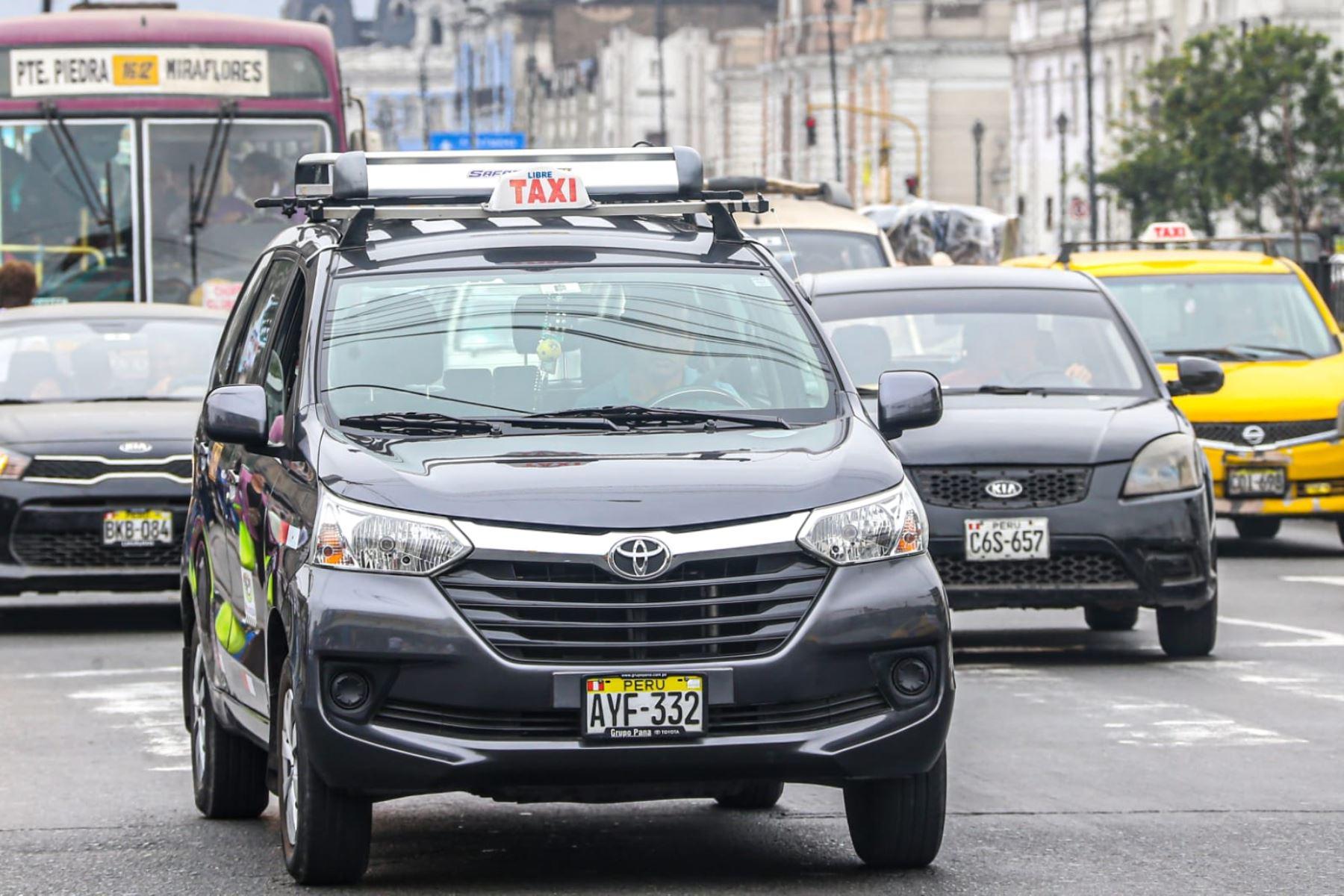 ¡Atención! Taxistas ahora podrán llevar hasta tres pasajeros en sus unidades. Foto: ANDINA/Difusión.