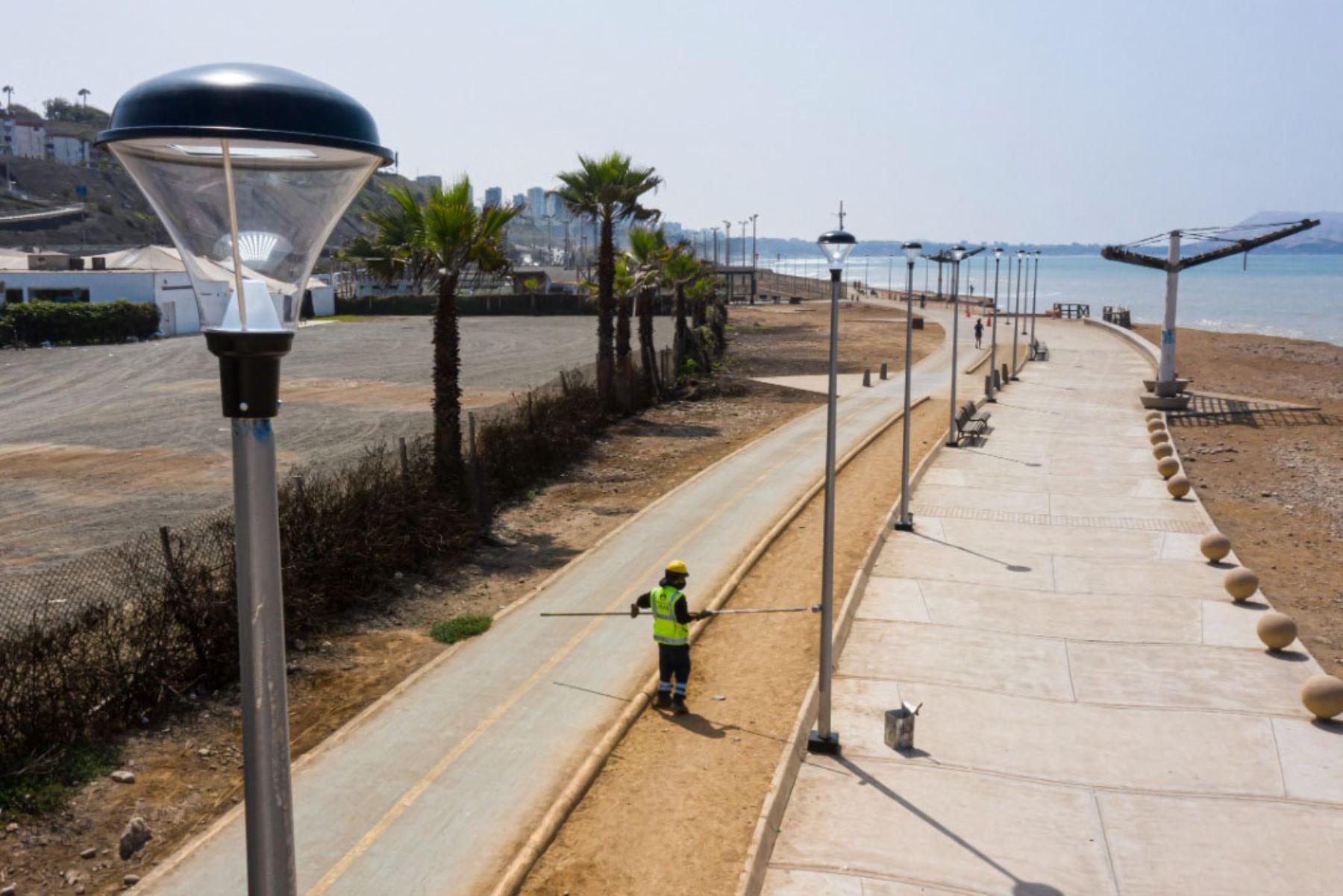 Las luminarias son de 50 watts y operan con 220 voltios; duran mucho más que otras piezas convencionales, necesitan menos energía para su funcionamiento y generan un impacto positivo en el medio ambiente. Foto: ANDINA/Municipalidad de Lima