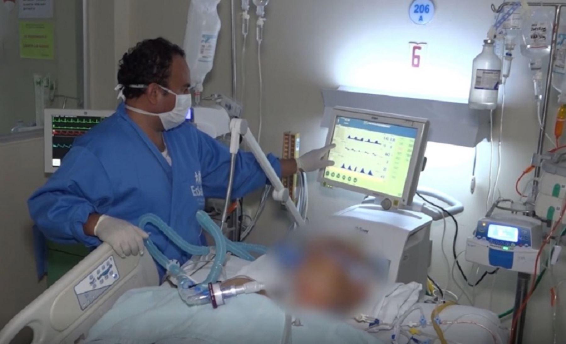 Durante la emergencia nacional por la pandemia del covid-19, la Red Asistencial Lambayeque de EsSalud incrementó el número de camas para la atención de pacientes críticos covid y no covid en los principales hospitales de la región, pasando de 6 a 51 camas durante el 2020. Foto: EsSalud