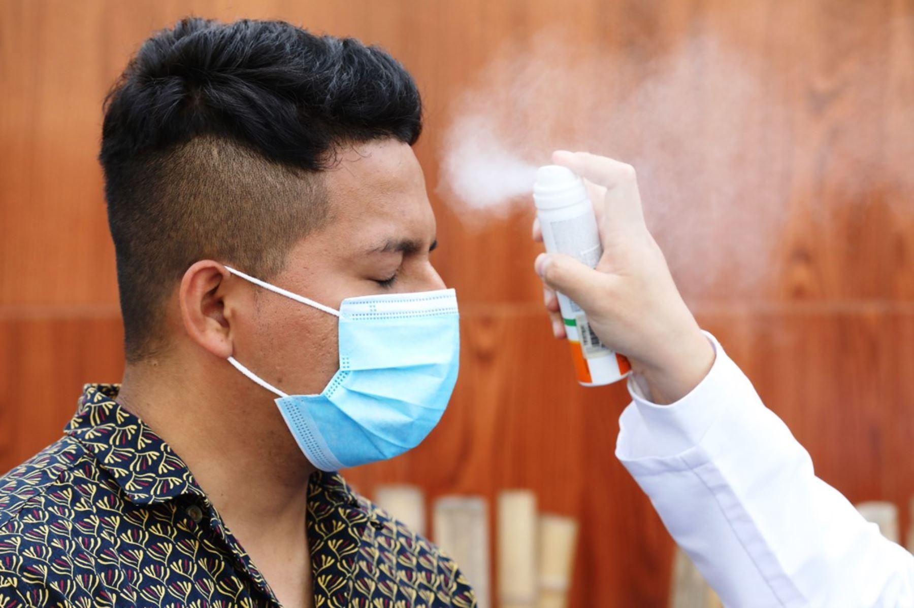 Conoce el correcto uso de protector solar y de la mascarilla en este verano de pandemia. Foto: ANDINA/Difusión.